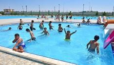 Denizi olmayan Ceylanpınarda çocuklar yüzme öğreniyor