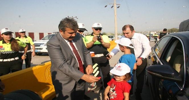 Denizli Emniyet Müdürü Demir, çocuklara düdük, şapka ve tişört hediye etti