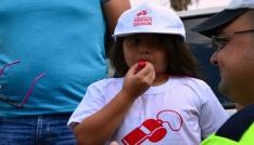 Çocuklar kırmızı düdük ile ebeveynlerini trafikte uyaracak
