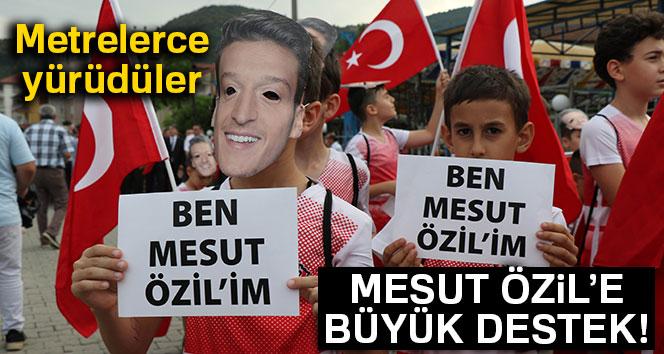 Mesut Özil'e büyük destek! Metrelerce yürüdüler
