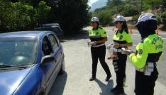 Trafik polisleri, ceza yerine şeker ve kolonya ikram etti