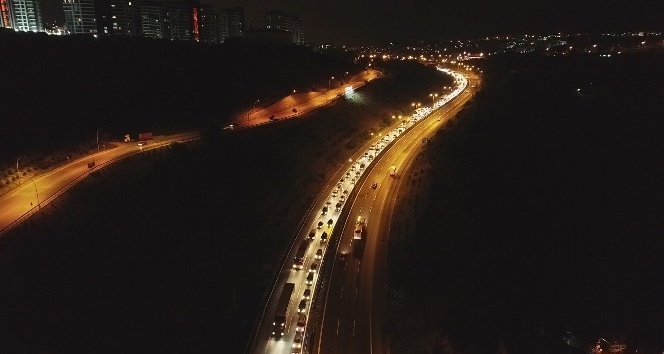 TEMde bayram yoğunluğu gece saatlerinde havadan görüntülendi