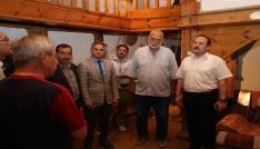 Vali Pehlivandan geçmişi geleneksel araç gereçlerle yaşatmaya çalışan Habip Ekovana teşekkür belgesi