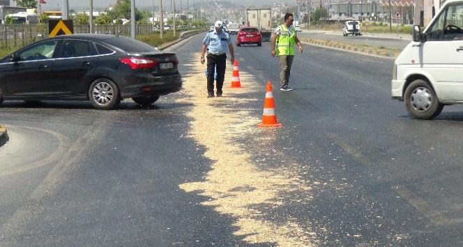 Karayoluna dökülen mazot polisler ekiplerince üzeri talaşla kapatılarak temizlendi