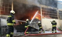 Plastik ham madde deposundaki yangın güçlükle söndürüldü