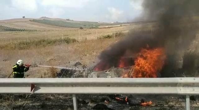 Otoyolda kaza yapan araç alev alev yandı