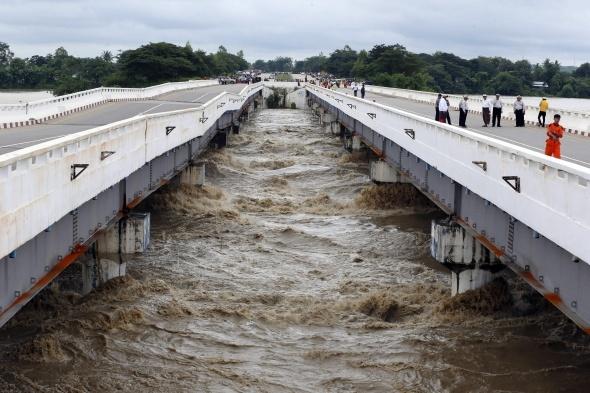 Sular altında kaldı! Yaklaşık 50 bin kişi...