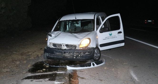 Ağaca çarpan hafif ticari araç takla attı: 1 yaralı