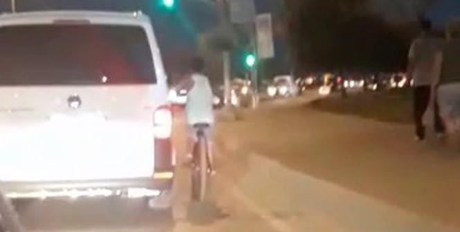 Bisikletli gencin tehlikeli yolculuğu kamerada