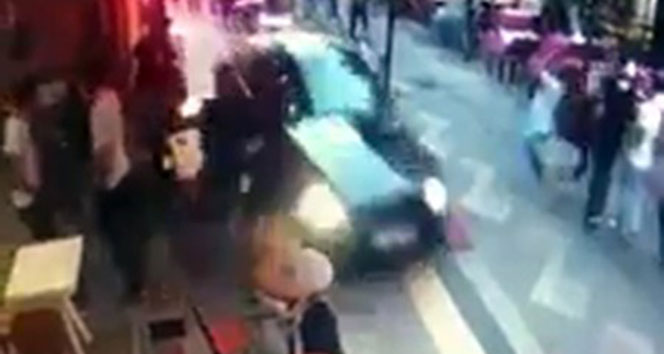 Otomobiliyle trafiğe kapalı sokağa giren sürücü dehşet saçtı
