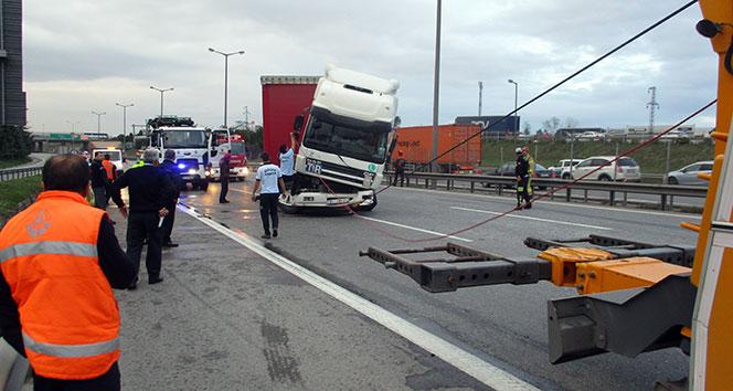 TEM otoyolunda tır ile yolcu otobüsü çarpıştı: 1 ağır 15 yaralı