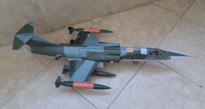 Kağıttan savaş uçakları görenleri şaşırtıyor