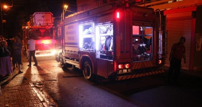 Yangında mahsur kalan yaşlı adamı itfaiye kurtardı
