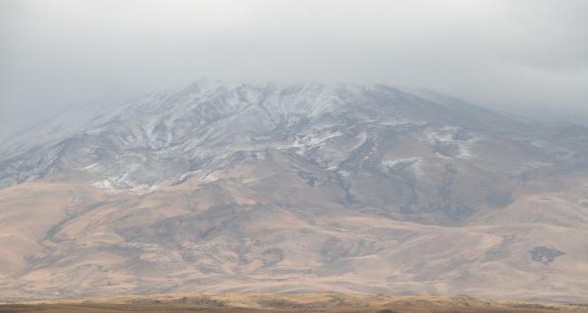 Süphan Dağı'na kar yağdı!