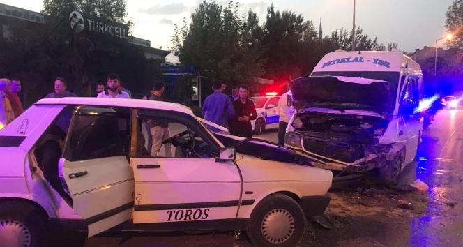 Otomobil dolmuşla kafa kafaya çarpıştı: 7 yaralı