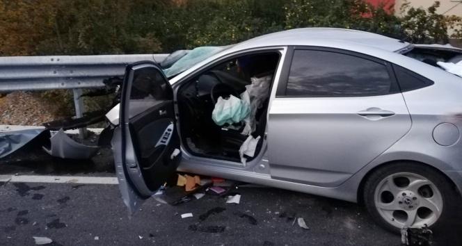 Otomobil bariyerlere ok gibi saplandı: 1 ölü, 1 ağır yaralı