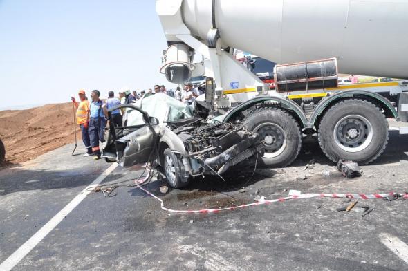 Otomobil beton mikserine çarptı: 3 ölü, 1 yaralı