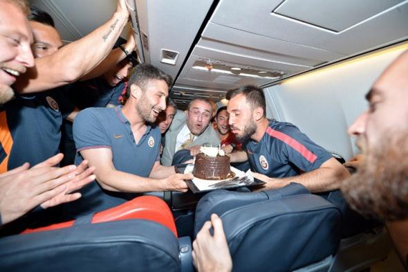Emre Çolak'a uçakta sürpriz doğum günü