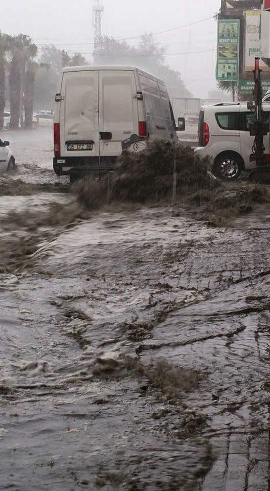 Bahar yağmuru İzmir'i felç etti