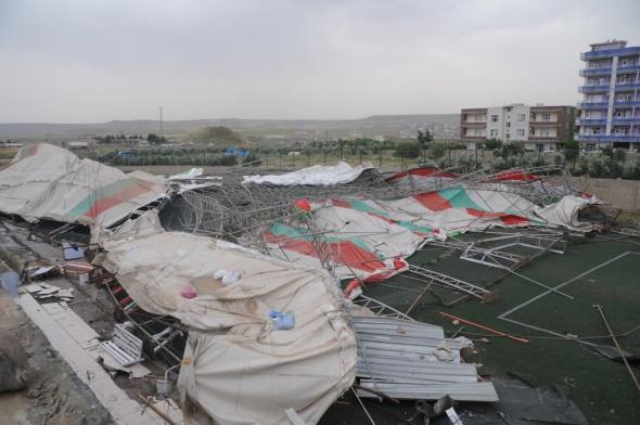Cizre'de şiddetli rüzgar halı sahayı yıktı