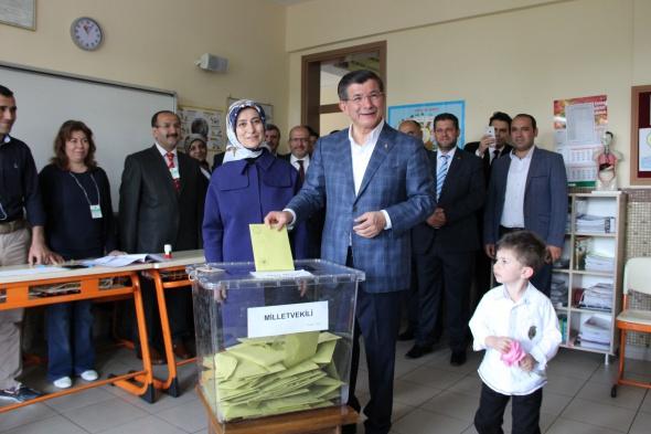 Liderler ve siyasetçiler oylarını kullandı