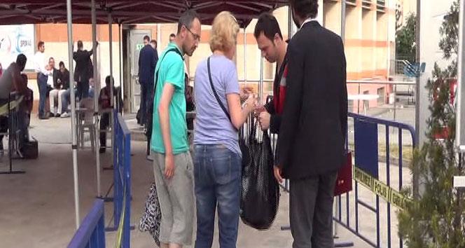 Oy çuvalları, Fatih İlçe Seçim Kuruluna getirilmeye başlandı