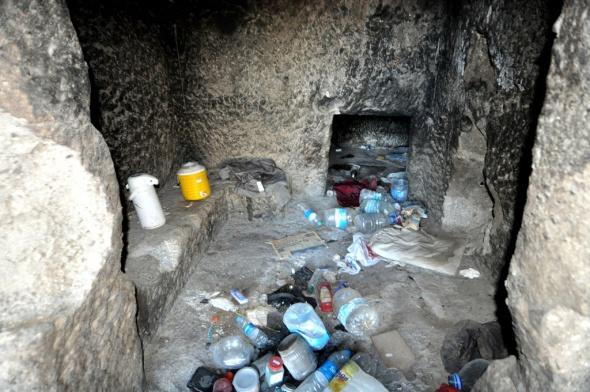 Bodrum'da tarihi mezar odaları çöplük gibi