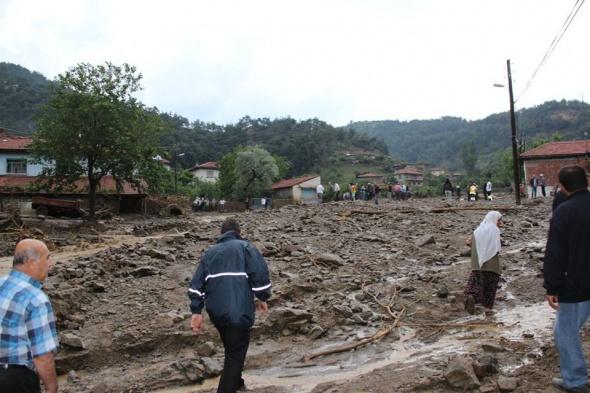Sel bir köyü yerle bir etti