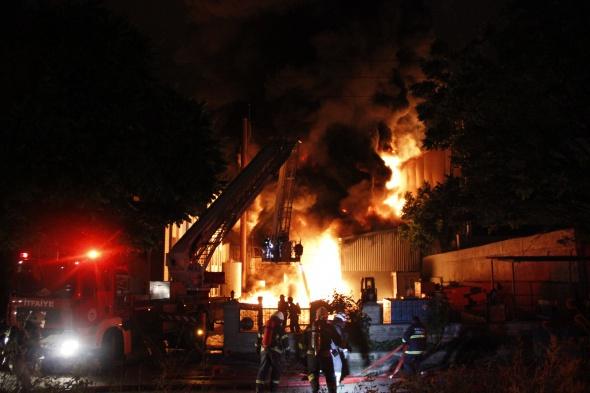 Kocaeli'de 2 büyük fabrika alev alev yandı