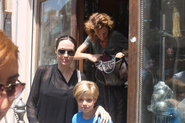 Hollywood starı Jolie Mardin sokaklarında alışveriş yaptı