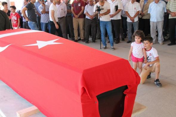 3 yaşındaki Azra şehit babasını öperek uğurladı