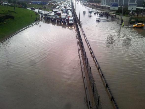 Sağanak yağış İstanbul'da ulaşımı felç etti