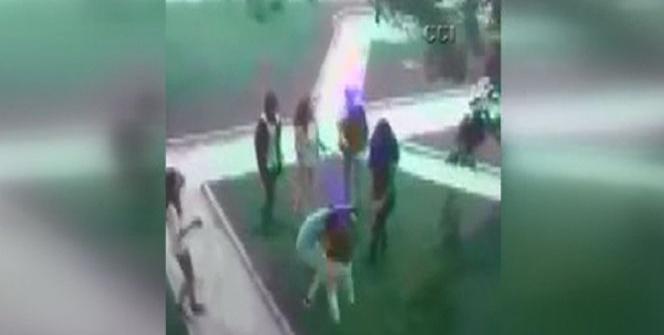 Ortaokullu kızların tekme tokat kavgası