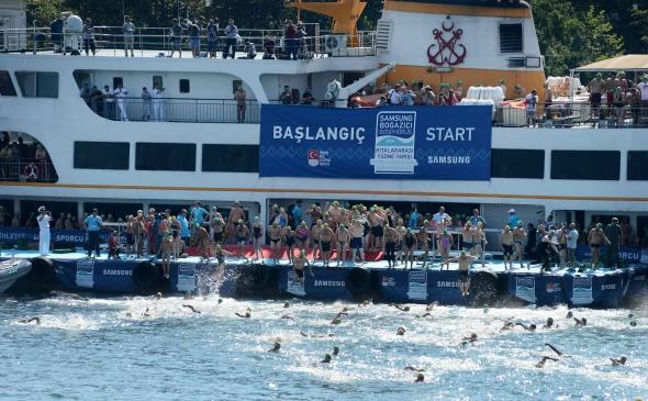 Boğaz'da yüzücüler kıyasıya yarıştı