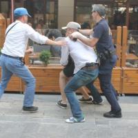 Pankartlarını toplayan polislerle eylemciler arasında arbede