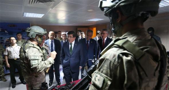 Başbakan Davutoğlu Özel Kuvvetler Komutanlığı'nda 4 saat kaldı