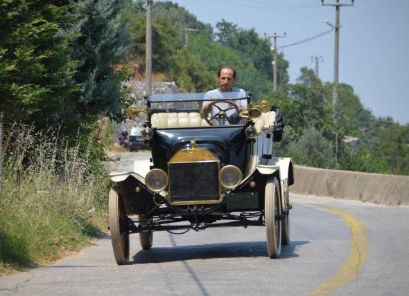 100 yıllık arabasıyla yollarda
