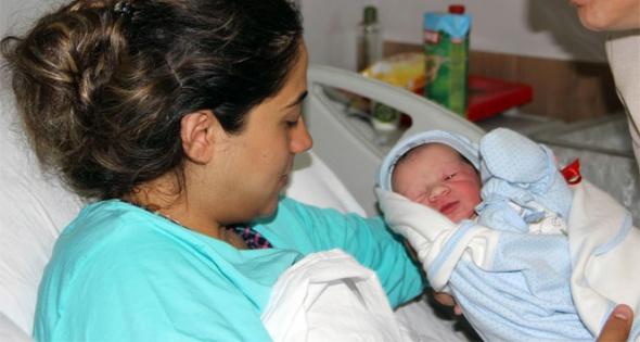 Şehit Astsubay Mehmet Yalçın Nane'nin oğlu anne kucağında