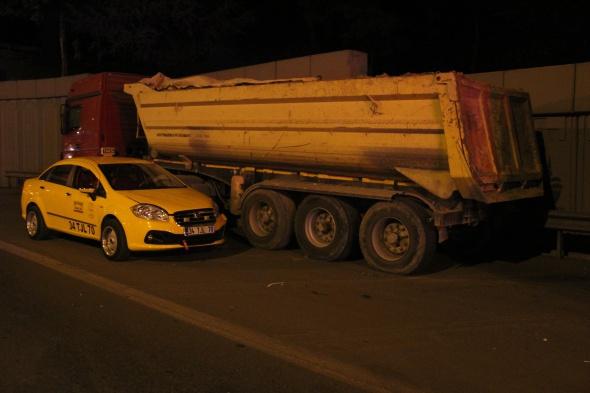 Lüks araç hafriyat kamyonuna çarptı: 3 ölü, 2 yaralı!