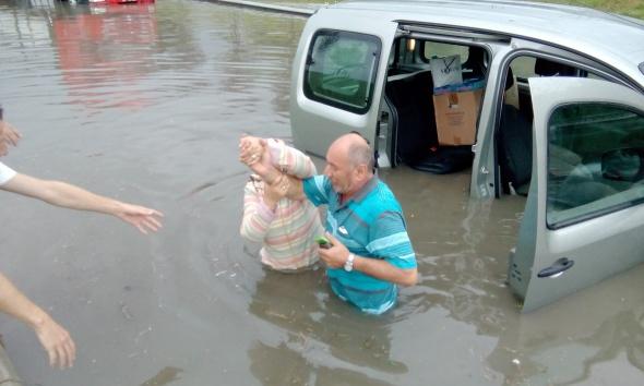 Yağmur yağdı, araçlar biriken sularda kaldı