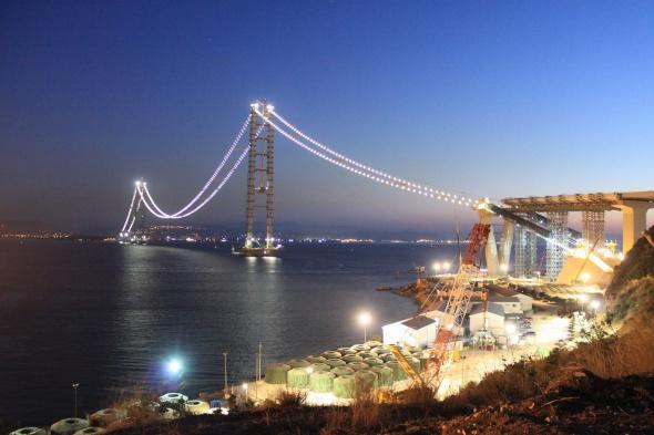 Körfez geçiş köprüsü ışıklandırıldı