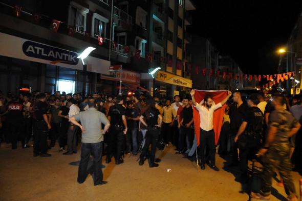 Türkiye uyumuyor.Şehit askerlerimizin acısı sokağa taştı