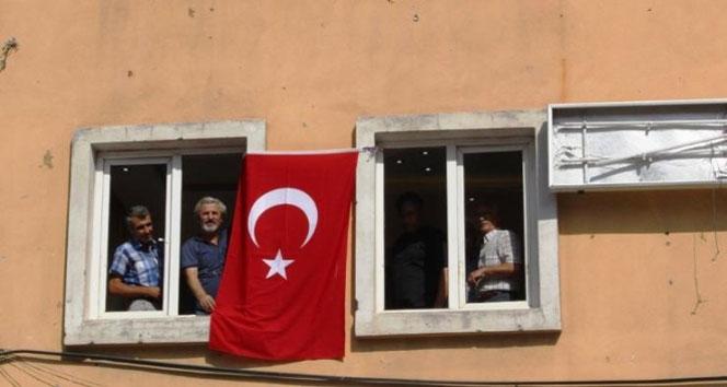 [Resim: hdpliler-parti-binalarina-turk-bayragi-a...64x354.jpg]