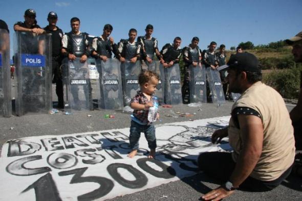 Suriyeli sığınmacılar uluslararası yolu ulaşıma kapattı