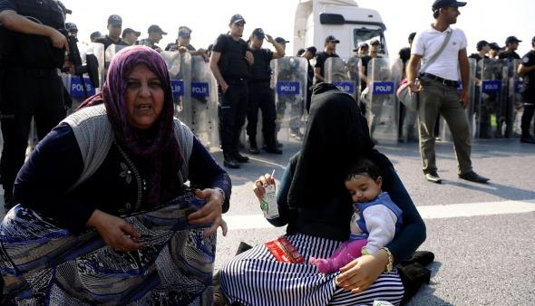Edirne'ye yürüyen Suriyeli mültecilere polis engeli