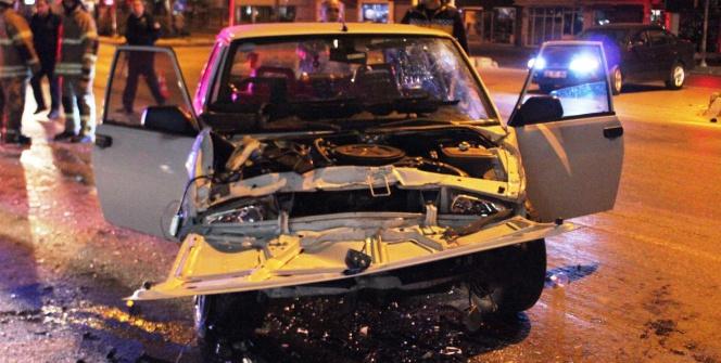 İki otomobil çarpıştı: 1'i ağır 4 yaralı