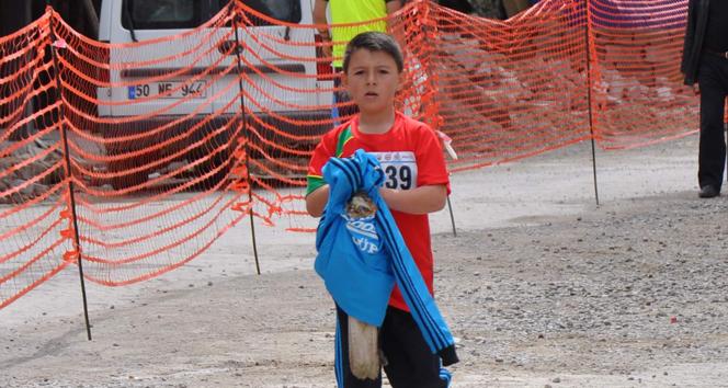 9 yaşındaki sporcu yaralı şahini kurtarmak için yarışmadan vazgeçti