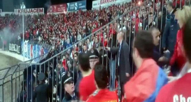 Ermeni taraftarlar, Türk bayrağını görünce çılgına döndüermeni taraftarlar,türk bayrağı