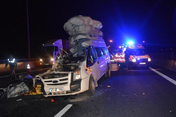 Düğünden dönen minibüs kamyona çarptı: 7 ölü, 10 yaralı!