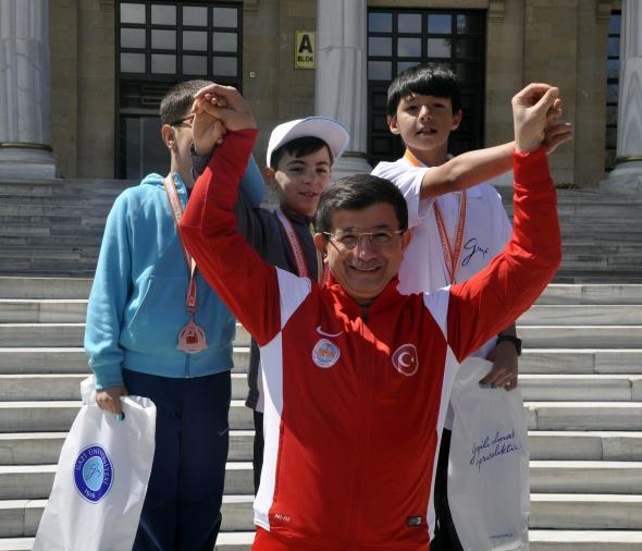 Davutoğlu çiftinden yarışan kızlarına destek